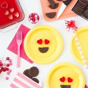 All you need is jello & store bought cookies to make these easy heart emoji Valentine's Day treats! Love this idea!