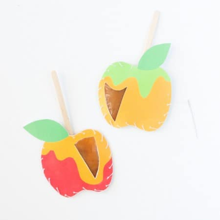 Download these free apple printables & make these DIY Caramel Apple Pouches! So fun!