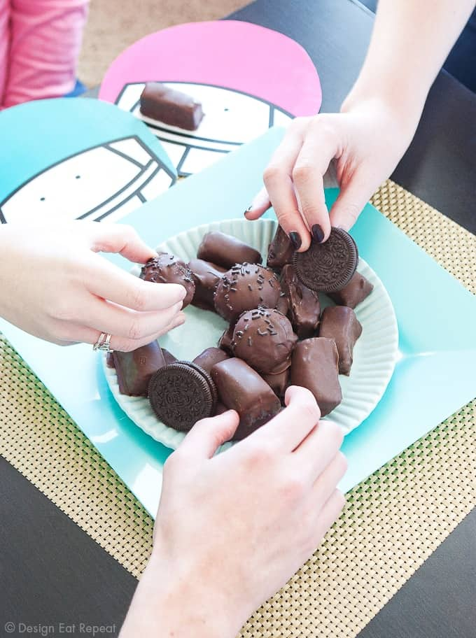 Football-Oreo-Cookie-Ball-Party-Placemats