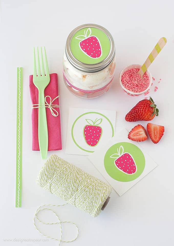 How to Make DIY Angel Food Strawberry Jars | Includes the FREE printables you see here to decorate!