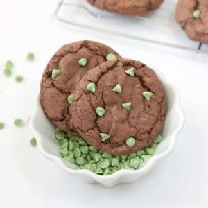 Make these Mint Brownie Cookies using a boxed brownie mix & one cup of chocolate cake mix! The cake mix makes them thick, while still keeping a chewy, chocolately texture! Recipe by Design Eat Repeat!!