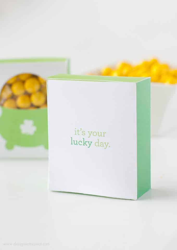 Print off this free printable Pot of Gold Treat Box template for a easy St. Patrick's Day craft idea! | Design Eat Repeat