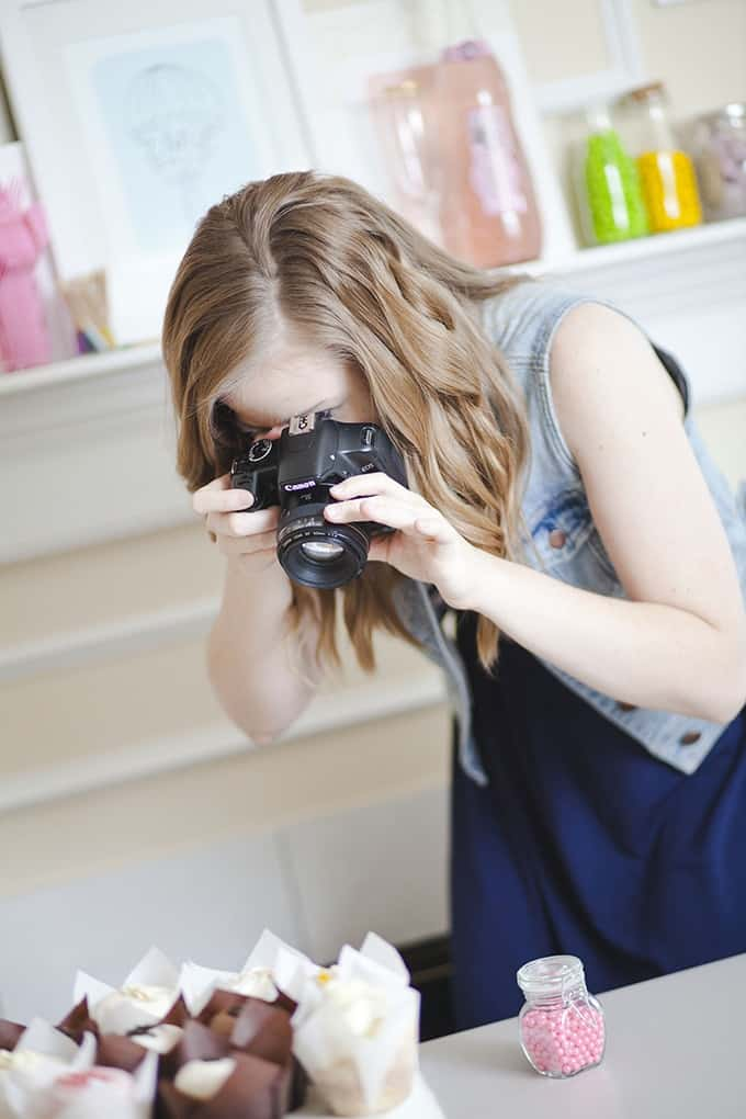 Top 5 Blog Photography Tips & Tools from food & DIY blogger, Melissa at Design Eat Repeat. She talks about everything from cameras, backdrops, and editing software. Very helpful!