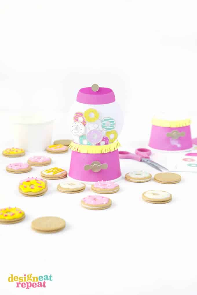 Turn plain paper ice cream cups into these adorable gumball machine party favors! Includes free printables to make your own!