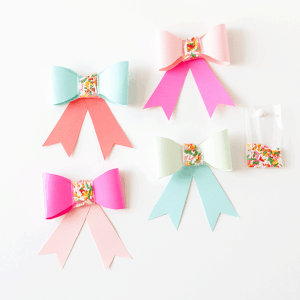 Use-this-free-printable-template-to-make-these-adorable-DIY-Paper-SPRINKLE-bows!-Great-for-birthdays,-holidays,-or-just-to-gift-fun-supplies-to-your-favorite-baker!-Designed-by-Design-Eat-Repeat-blog!
