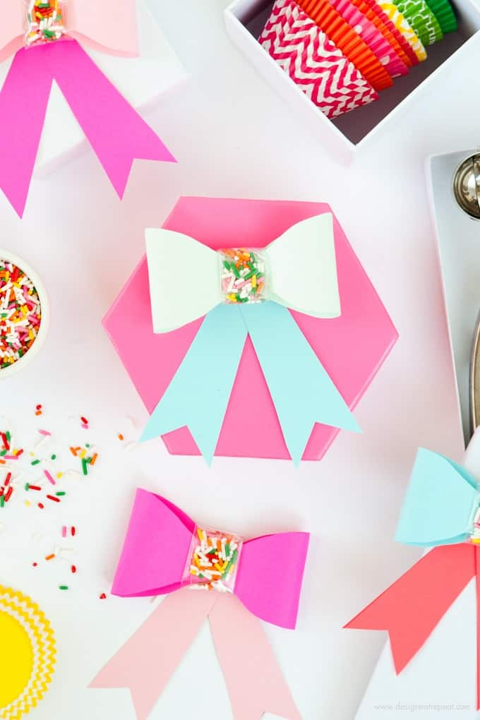 Use this free printable template to make these adorable DIY Paper SPRINKLE bows! Great for birthdays, holidays, or just to gift fun supplies to your favorite baker!
