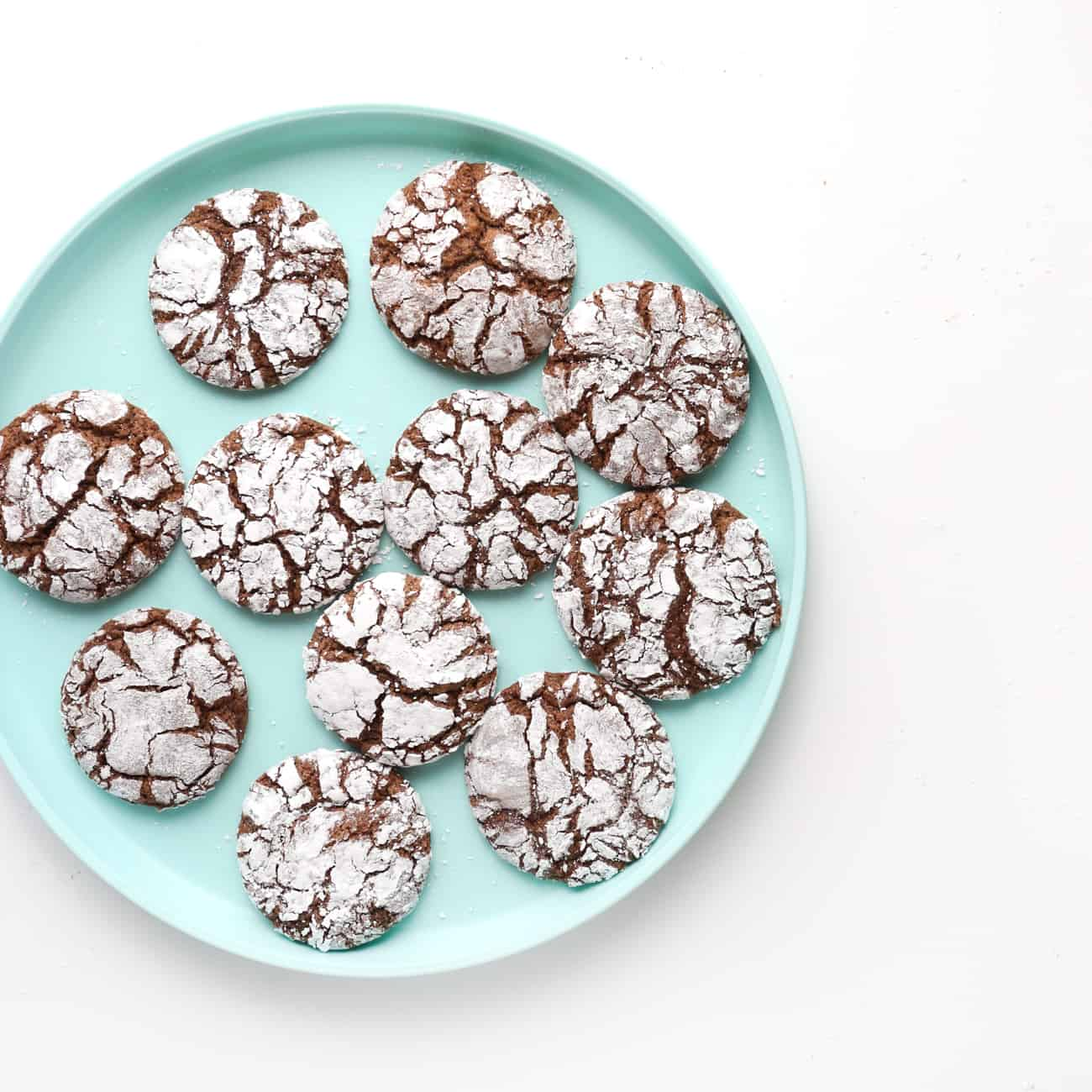 Blue plate of crackle top chocolate brownie cookies.